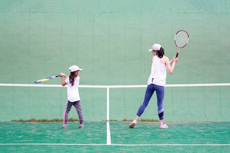 Mother and daughter practicing tennis Banque d'images - 132040804
