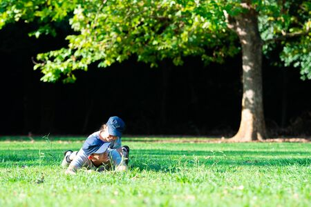 Father and daughter to lie down on the lawn 스톡 콘텐츠