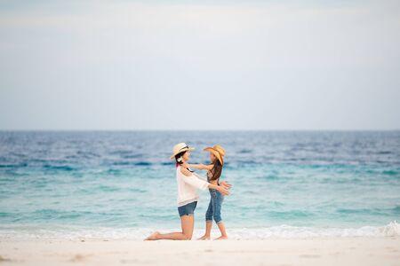 Madre e figlia che giocano sulla spiaggia