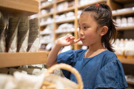 Cute girl who enjoy shopping 免版税图像