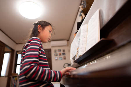 Girl plays the piano 版權商用圖片