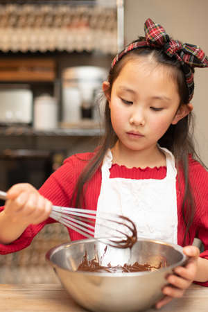 A girl making sweets in her kitchen 版權商用圖片