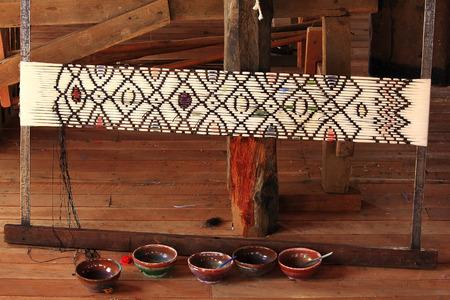 Tie the yarn pattern Standard-Bild - 101200339