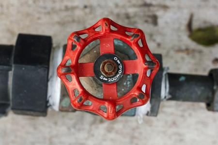 Válvula de cierre de agua Roja en el suelo Foto de archivo
