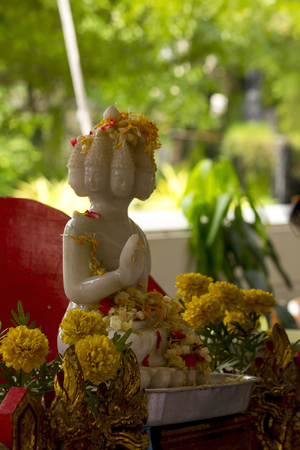 Water pouring to buddha white statue, Songkran festival Standard-Bild