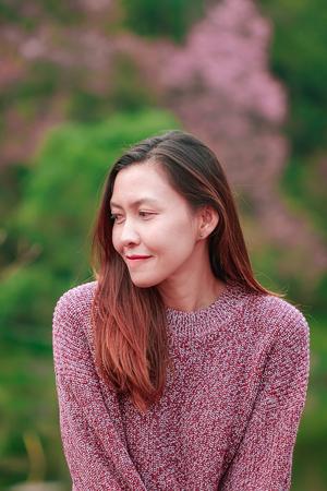 Frauen, die rosa Hemden tragen, lächeln glücklich.
