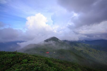 The fog moved over the mountains after the rain. 免版税图像