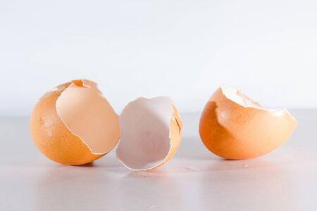 Uovo rotto isolato su sfondo bianco, guscio d'uovo rotto dall'impatto