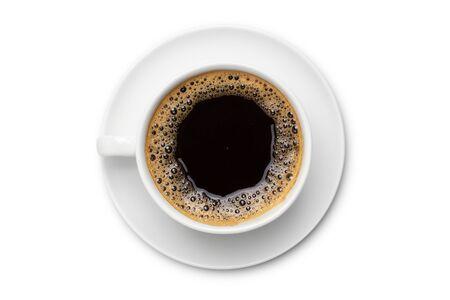 koffie zwart in witte keramische kop, bovenaanzicht geïsoleerd op een witte achtergrond. Stockfoto