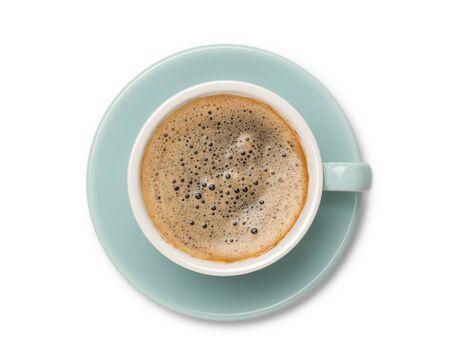 café negro en taza de cerámica, vista superior aislada sobre fondo blanco.