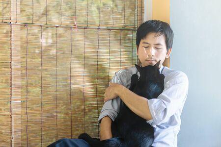 Die Liebe zwischen einer schwarzen Katze und dem Besitzer. Standard-Bild