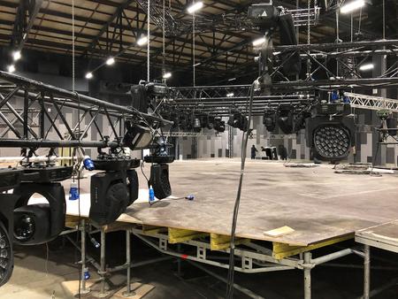 Installazione di apparecchiature audio, luci, video e palco professionali per un concerto. L'attrezzatura per l'illuminazione del palcoscenico è fissata su un traliccio per il sollevamento.