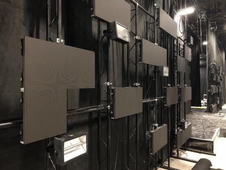Instalación de pantallas led profesionales y equipos de iluminación de escenario para un concierto. Foto de archivo