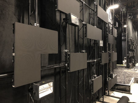 Installazione di schermi led professionali e attrezzature per luci di scena per un concerto. Archivio Fotografico