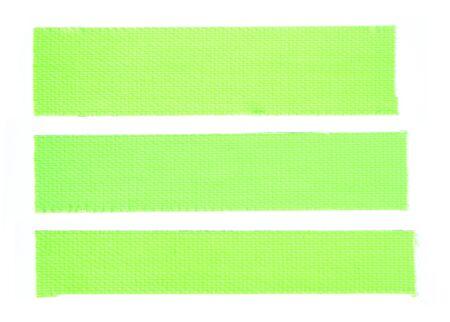 Trois morceaux de ruban adhésif fluorescent en tissu vert isolés sur fond blanc.