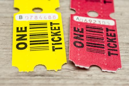 일반 패스 또는 우승 한 종이 티켓의 총을 닫습니다. 스톡 콘텐츠
