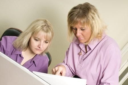 mujeres que utilizan un ordenador port�til como un equipo o en una reuni�n Foto de archivo - 4402118