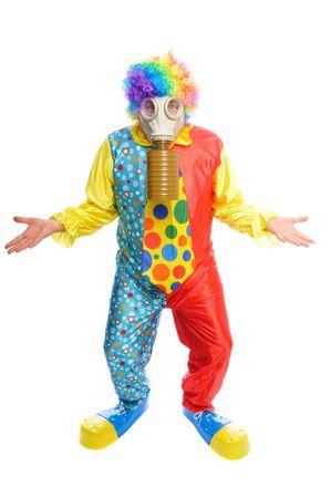 Un homme dans un costume de clown portait un gasmask sur un fond blanc  Banque d'images - 6250630