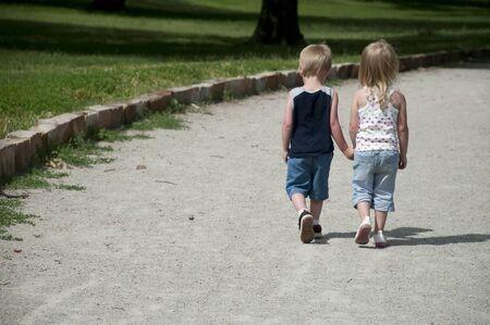 amistad: Kid jugar al aire libre en el sol brillante que s�lo se divierten