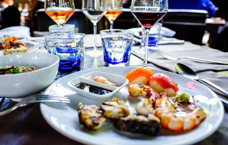 soja: assortiti sashimi e sushi di pesce servita su un piatto bianco con soia e salsa wasabi.