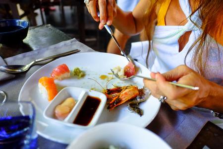 soja: sashimi assortiti e sushi di pesce servito su un piatto bianco con soja e salsa wasabi. Archivio Fotografico