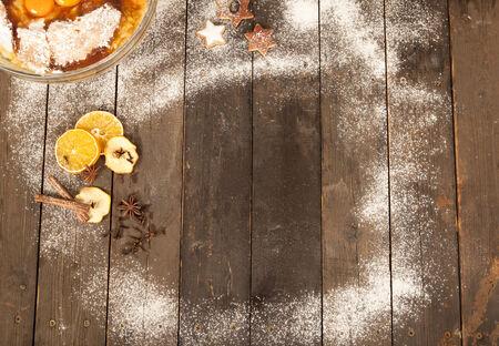 prodotti da forno: sdraiato su un vecchio tavolo prodotti da forno per la cottura di natale