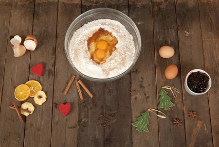 prodotti da forno: sdraiato su un vecchio tavolo prodotti da forno per cottura di natale