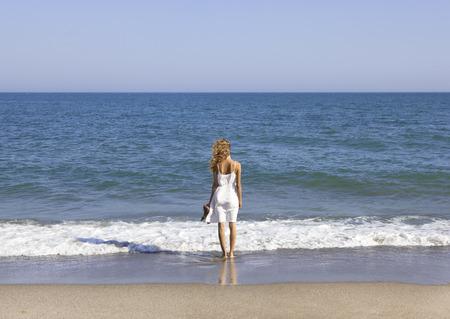 vacancier: Vacancier avec longs cheveux bruns avec vue sur la mer Banque d'images
