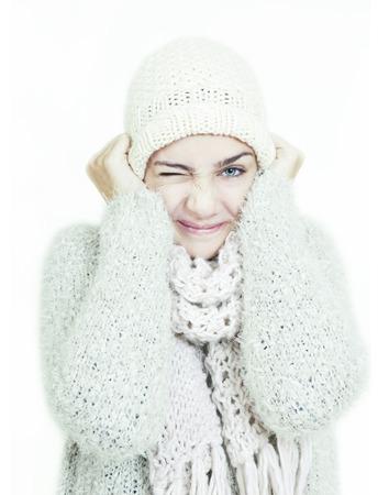 optionnel: fille avec chapeau blanc de laine et une �charpe en hiver. un fond optionnel