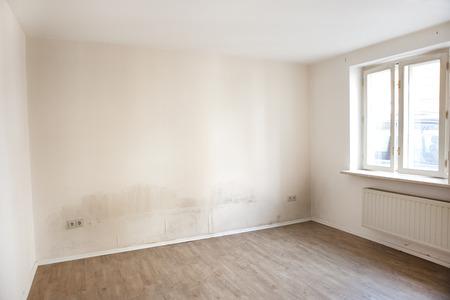 Un appartement avec des murs humides sur lesquels la moisissure former Banque d'images - 38768218