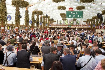 Oktoberfest, München, Deutschland, 25/09/2013, das Festzelt auf dem Oktoberfest mit traditionell gekleideten Besucher und Touristen Standard-Bild - 43513215