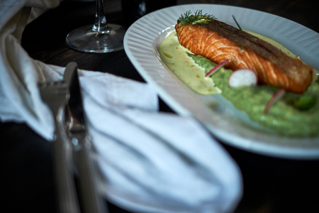 produits alimentaires: Baked trout with sauce and broccoli