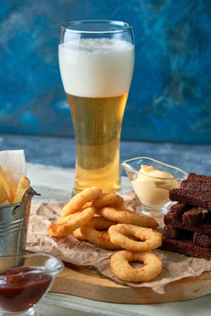 a variety of snacks for light beer in a glass Standard-Bild - 114399043