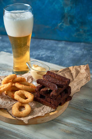 a variety of snacks for light beer in a glass Standard-Bild - 114399051