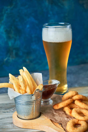 a variety of snacks for light beer in a glass Standard-Bild - 114399062
