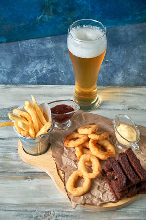 a variety of snacks for light beer in a glass Standard-Bild - 114399081