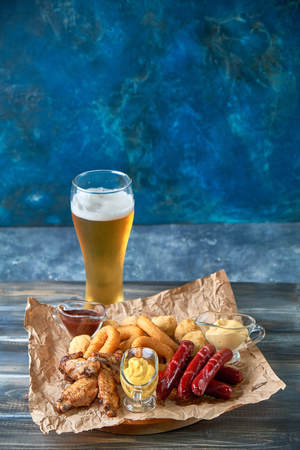 Grilled sausages with glass of beer pic Standard-Bild - 114399091