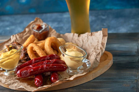 Grilled sausages with glass of beer pic Standard-Bild - 114399108
