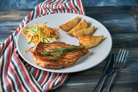 grilled beef steak with vegetables on plate Standard-Bild - 114399118