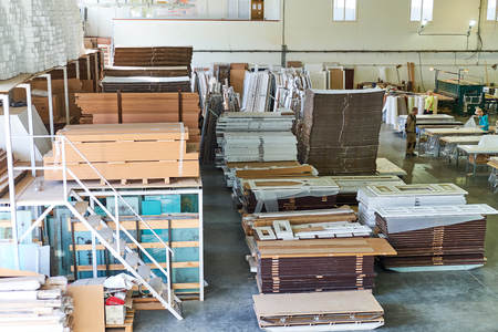 almacén de puertas acabadas y empaquetadas, producción de puertas interiores y metálicas