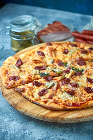 Slice of hot pizza large cheese lunch or dinner crust seafood meat topping sauce. with bell pepper vegetables delicious tasty fast food italian traditional on wooden board table classic in view 免版税图像