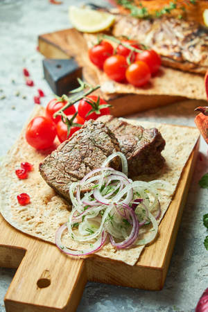 Wooden board with meat from a barbecue, Banco de Imagens