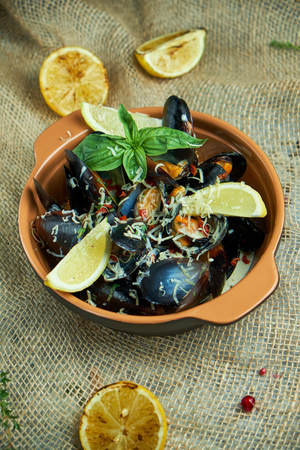 Plate with mussels on a gray background 免版税图像
