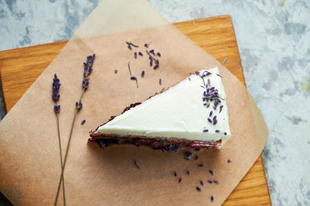 Lavender cake. Gray textured background. Beautiful serving dishes. Dessert. Food chain Imagens