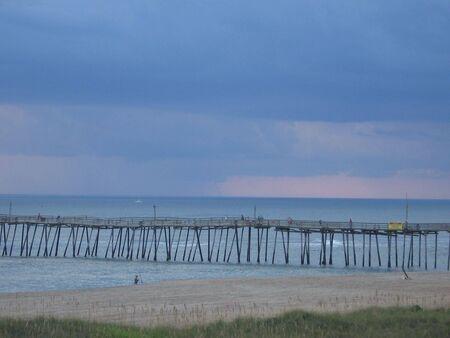 waterspout: Tempesta venuta in oltre l'oceano e il molo di pescatori in forground