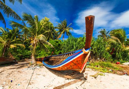 Vissersboot op strand en blauwe hemel