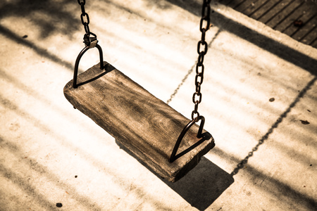 Retro empty wooden swing in playground Standard-Bild - 115238062