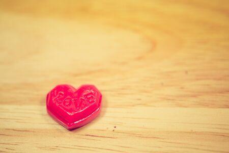Red love valentine heart on wooden background Imagens