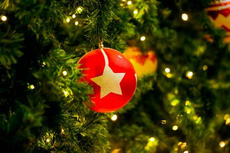Christmas ball decor on tree Imagens - 131768722