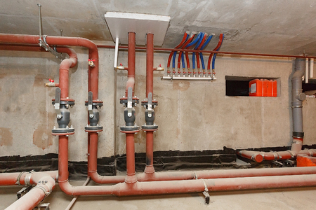 Pipes of hot water supply on the technical floor. Imagens